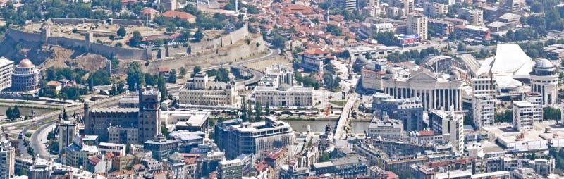 Panorama di vista aerea del centro di Skopje con gli oggetti sviluppati con il progetto 2014 fotografie stock