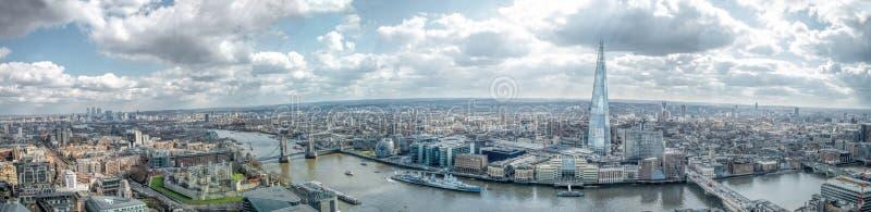 Panorama di vista dell'orizzonte di Londra ampio Est & punti di riferimento del sud, torre di Londra, il Tamigi Canary Wharf, il  fotografia stock libera da diritti