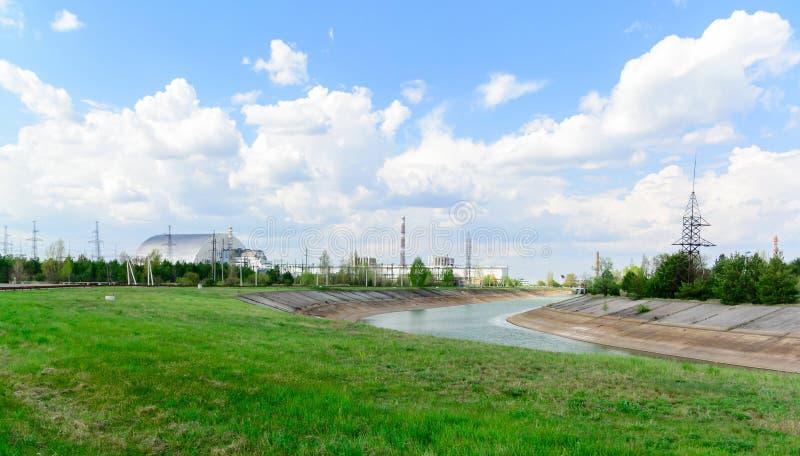 Panorama dichtbij de de kernenergieinstallatie van Tchernobyl De eerste tweede derde en vierde eenheden van energie Boogbeperking stock foto