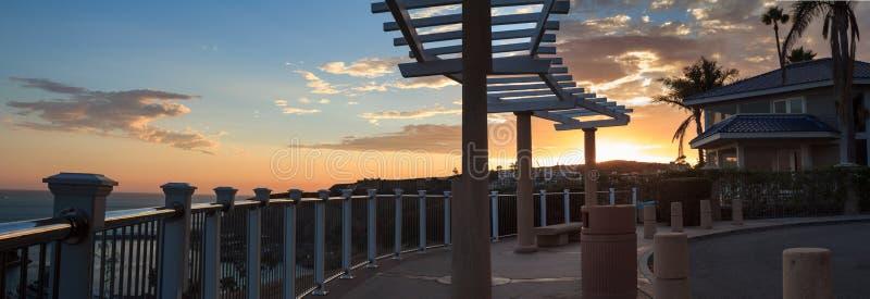 Panorama die van gazebo de haven in Dana Point overzien stock foto's