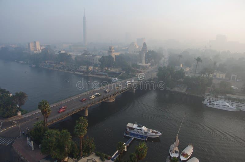 Panorama die van ochtend Kaïro, de Nijl overzien Lichte nevel, Egypte Koude kleuren Landschap stock foto's