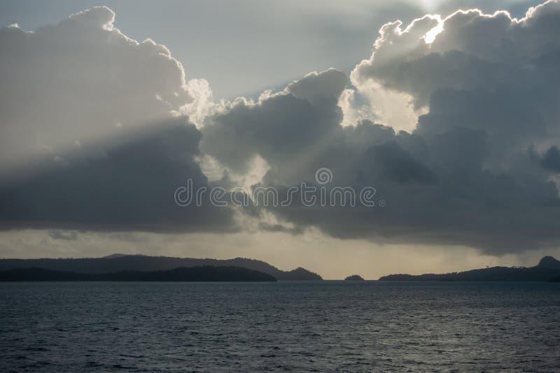 Panorama disparado da tempestade que aproxima-se sobre o grupo de ilha do domingo de Pentecostes, Austrália fotografia de stock