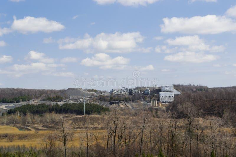 Panorama distante della cava fotografia stock libera da diritti