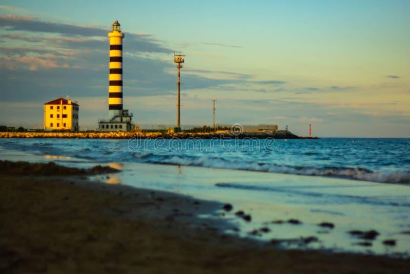 panorama do ¹ praia com mulher loura e um polo de amarração vermelho Paisagem maravilhosa imagem de stock
