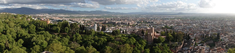 Panorama do Alcazaba de Alhambra à cidade de Granada, a Andaluzia imagens de stock royalty free