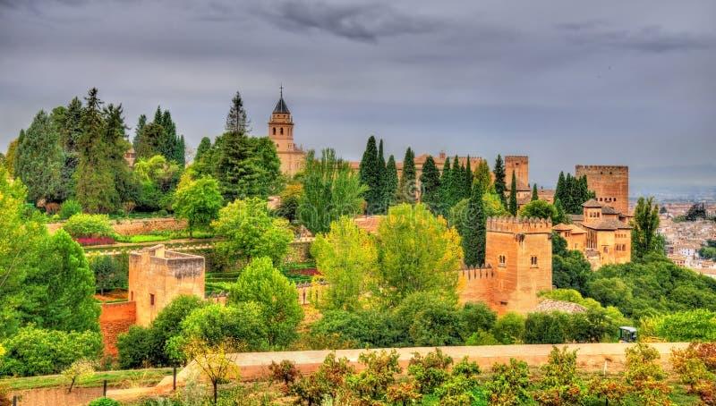 Panorama do Alhambra, de um palácio e do complexo da fortaleza em Granada, Espanha imagens de stock royalty free