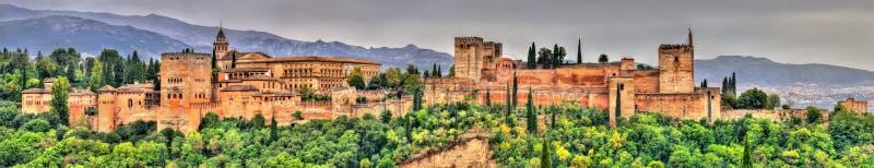 Panorama do Alhambra, de um palácio e do complexo da fortaleza em Granada, Espanha imagem de stock