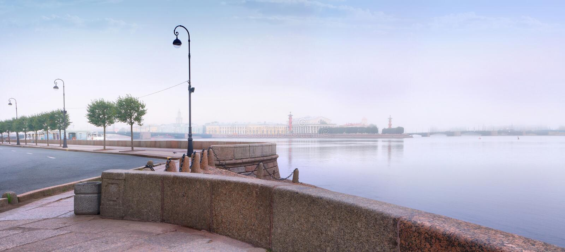 Panorama do alvorecer enevoado sobre o rio de Neva em St Petersburg imagem de stock royalty free