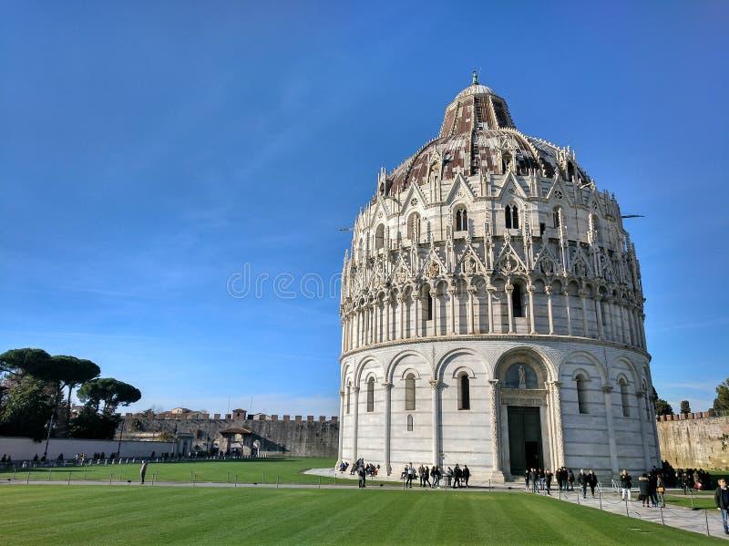 Panorama do Baptistery de St John & de x28; Battistero di Pisa& x29; em Pisa, Itália foto de stock