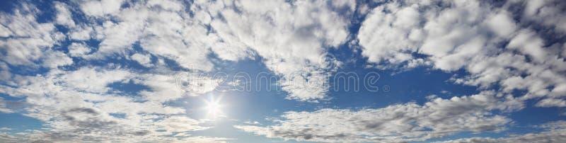 Panorama do céu azul com nuvens fotografia de stock royalty free