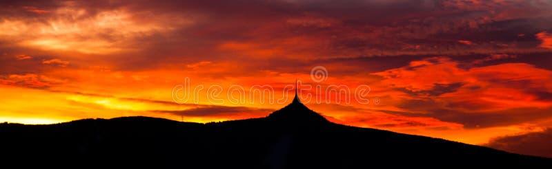 Panorama do céu do por do sol com a silhueta da montanha Ridge Jested, Liberec, República Checa, Europa fotografia de stock royalty free