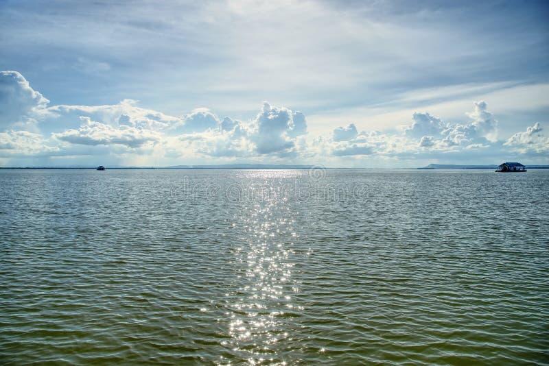 Panorama do céu nebuloso e azul sobre o lago: Tailândia foto de stock royalty free