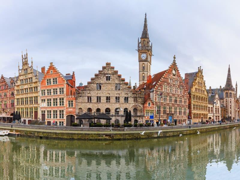 Panorama do cais Graslei na cidade de Ghent, Bélgica imagem de stock