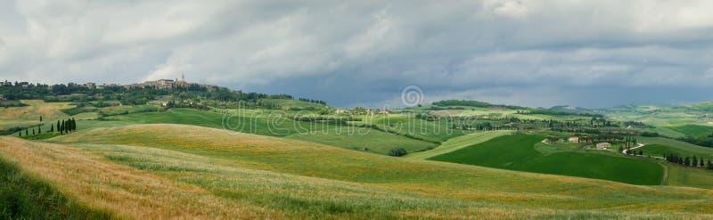 Panorama do campo e da cidade Tuscan de Pienza foto de stock