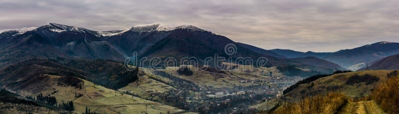 Panorama do campo montanhoso no outono atrasado fotografia de stock royalty free