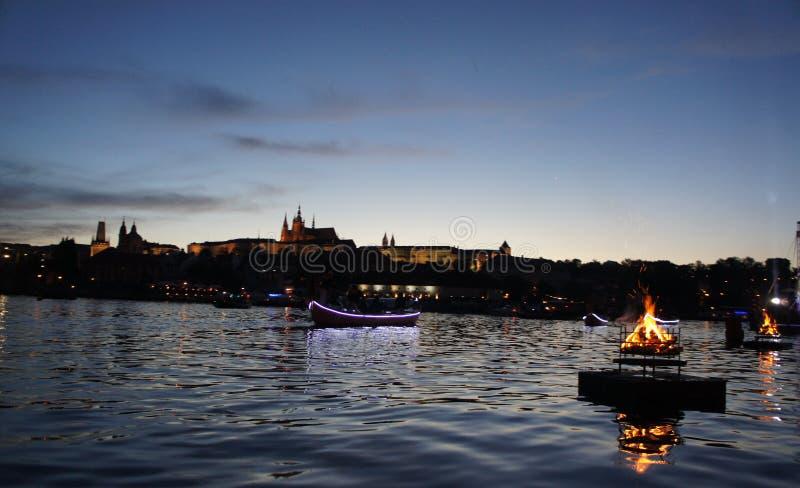 Panorama do castelo de Praga no crepúsculo fotografia de stock
