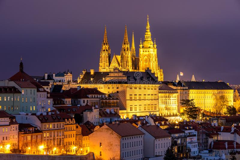 Panorama do castelo e do Lesser Town de Praga na noite Vista do monte de Petrin Praga, Rep?blica Checa Vista do castelo de Praga  imagens de stock