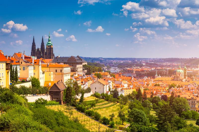 Panorama do castelo e do Lesser Town de Praga Vista do monte de Petrin Praga, Rep?blica Checa Panorama de Praga da mola do monte  imagens de stock