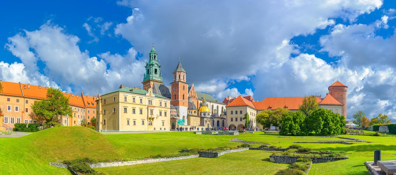 Panorama do castelo real de Wawel, Krakow imagem de stock