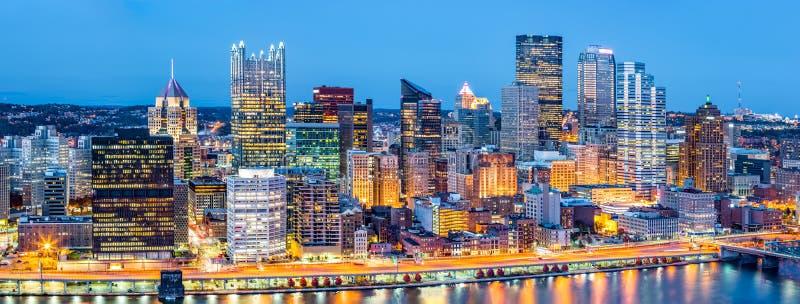 Panorama do centro de Pittsburgh no crepúsculo fotografia de stock