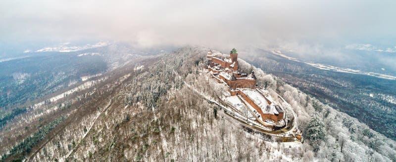Panorama do inverno do castelo du Haut-Koenigsbourg nas montanhas de Vosges Alsácia, France fotografia de stock