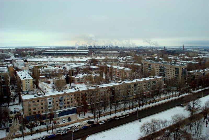 Panorama do inverno da cidade de Tolyatti que negligencia áreas residenciais e que fuma chaminés dos centrais química imagem de stock