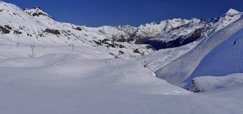 Panorama do inverno da montanha em torno da estância de esqui de Gavarnie Gedre imagem de stock