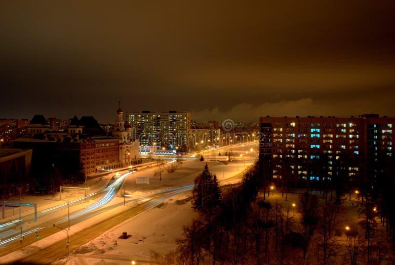 Panorama do inverno da noite da cidade de Togliatti que negligencia o instituto ortodoxo da região de Volga fotografia de stock