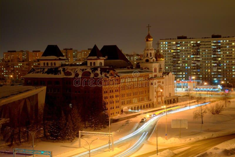 Panorama do inverno da noite da cidade de Togliatti que negligencia o instituto ortodoxo fotos de stock royalty free