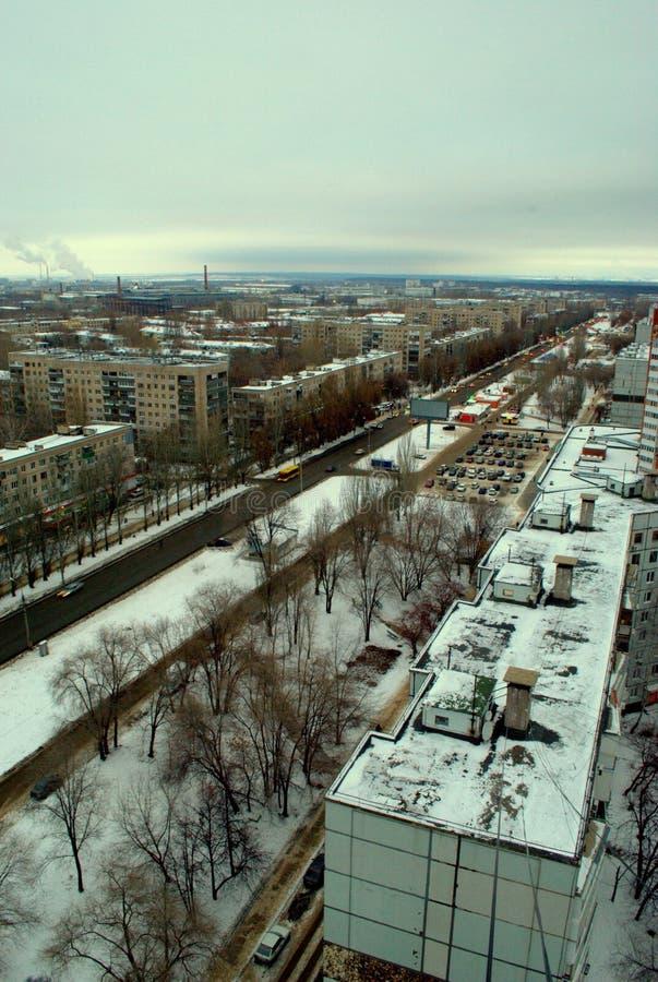 Panorama do inverno da região central da cidade de Tolyatti com uma opinião Mira Street imagem de stock