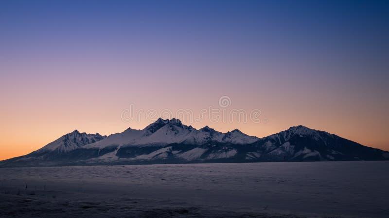 Panorama do inverno de montanhas altas de Tatras fotos de stock royalty free