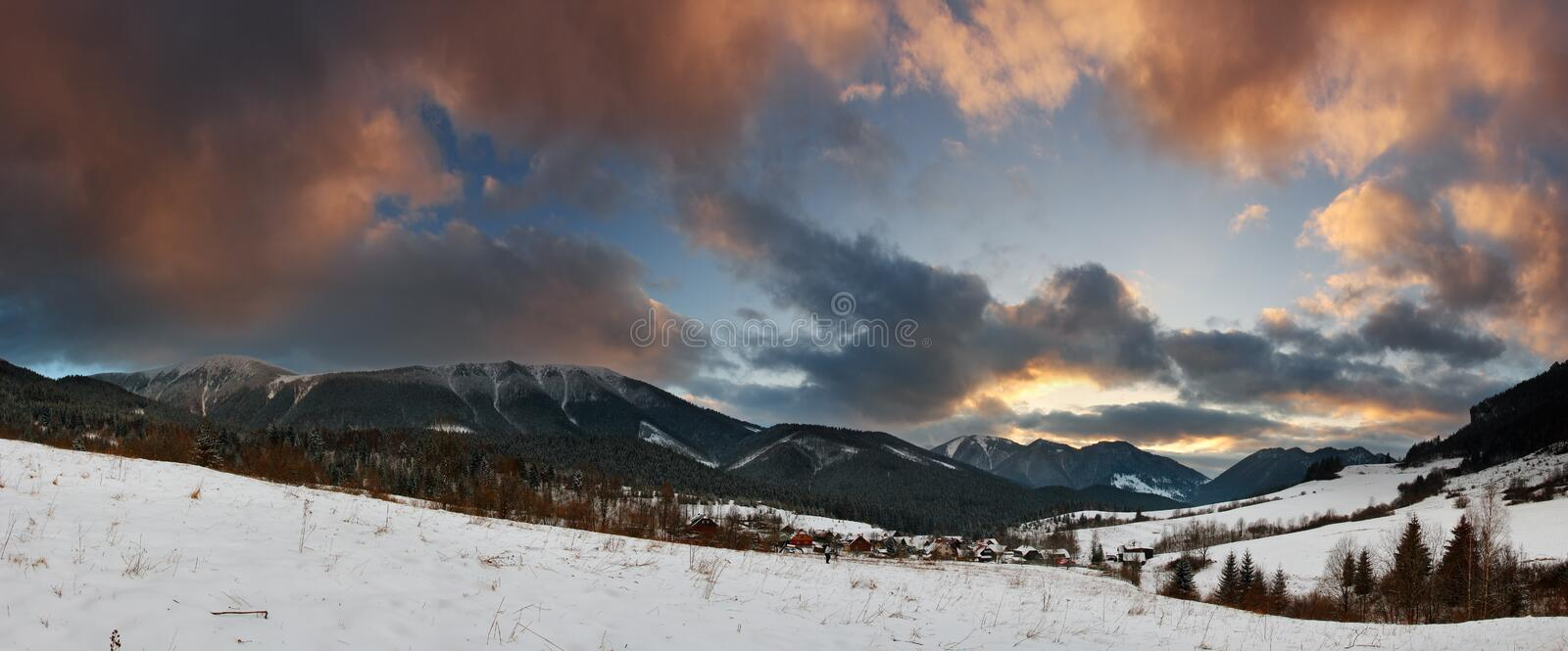 Panorama do inverno nas montanhas fotografia de stock royalty free