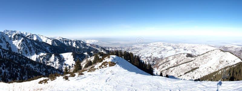 Panorama do inverno nevado na montanha Kazakhstan foto de stock