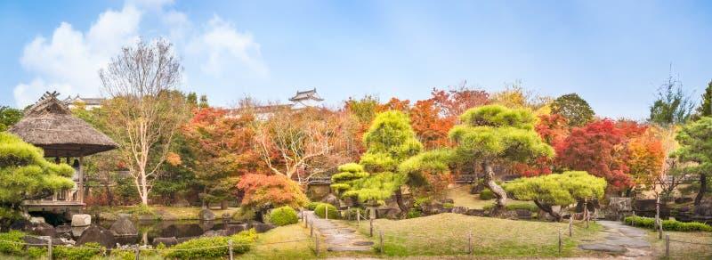 Panorama do jardim do estilo chinês no outono nos jardins Koko-en japoneses fotos de stock
