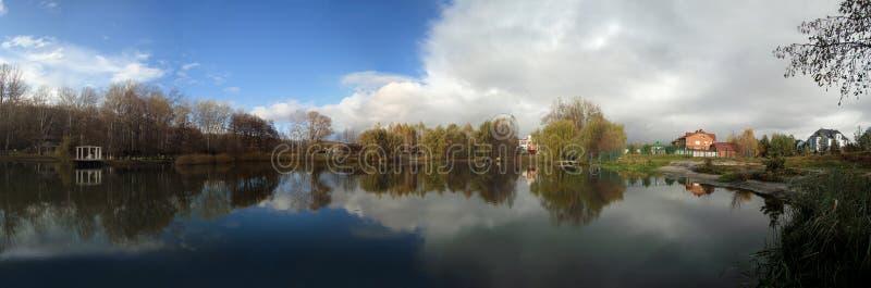 Panorama do lago bonito do outono fotografia de stock