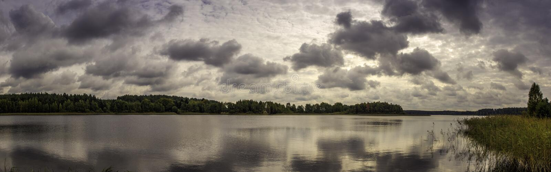 Panorama do lago com nuvens imagens de stock