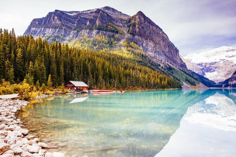 Panorama do lago da montanha de Lake Louise, parque nacional de Banff, Alberta fotografia de stock royalty free