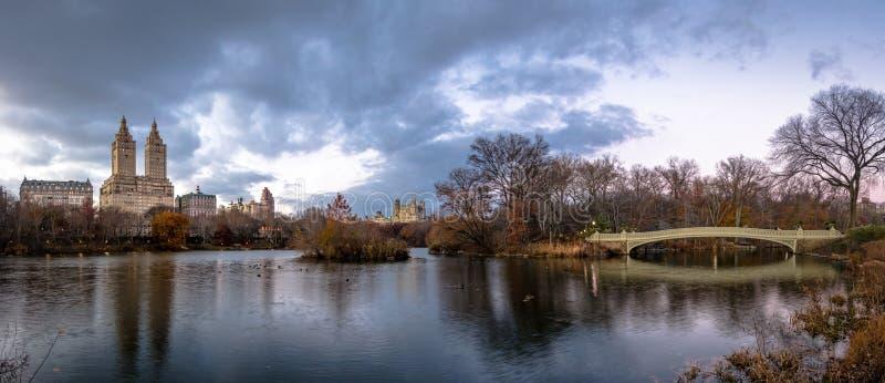 Panorama do lago, da ponte da curva e das construções no Central Park - New York, EUA fotos de stock royalty free