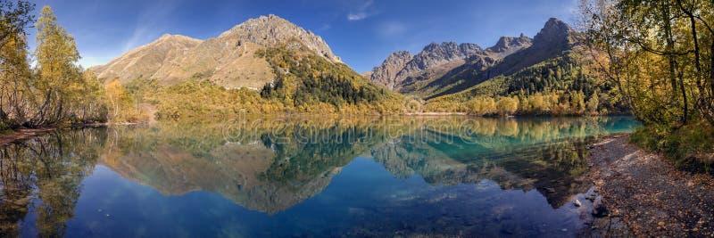 Panorama do lago Kardyvach Rússia, região de Krasnodar imagem de stock royalty free