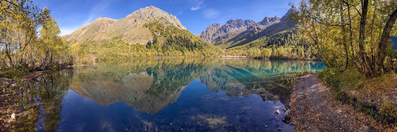 Panorama do lago Kardyvach Reserva caucasiano da biosfera fotografia de stock