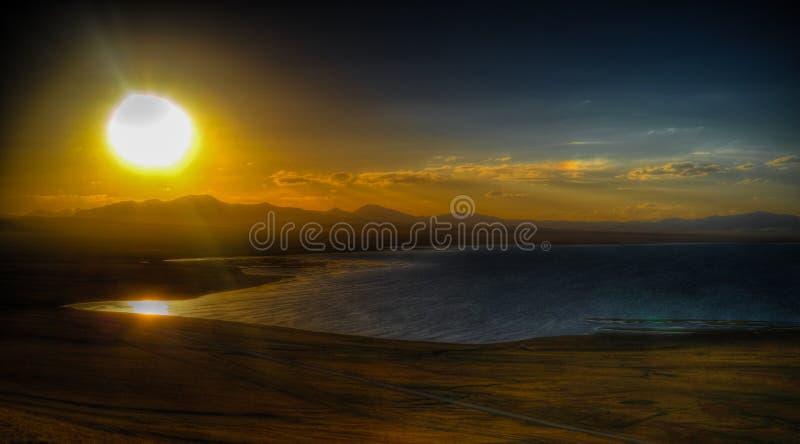 Panorama do lago Kul da música no por do sol Quirguizistão fotografia de stock royalty free