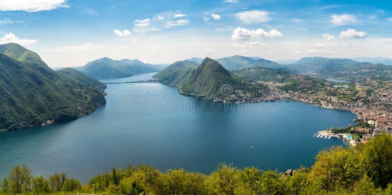 Panorama do lago Lugano com a cidade de Monte San Salvatore e de Lugano de Monte Bre, Suíça imagens de stock royalty free
