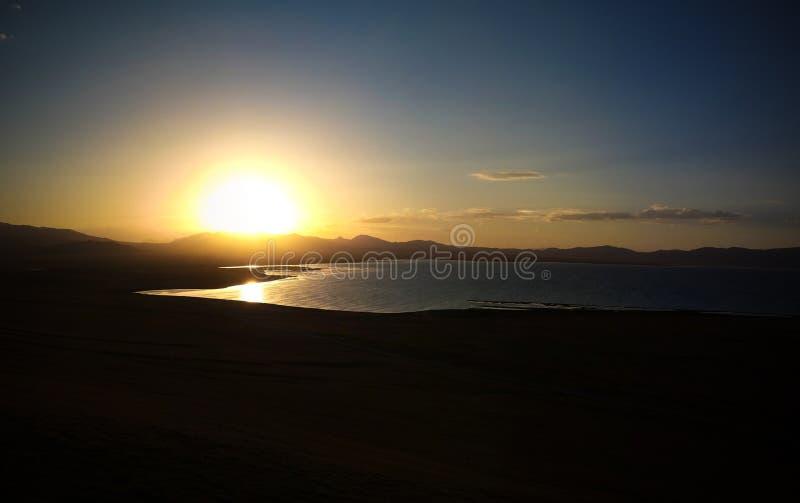 Panorama do lago no por do sol, Quirguizist?o Kul da m?sica foto de stock royalty free