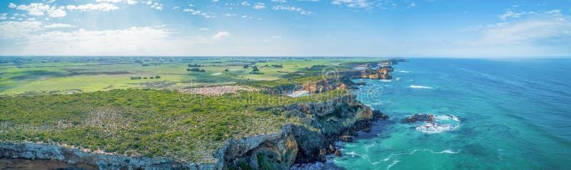 Panorama do litoral e do campo do oceano foto de stock royalty free