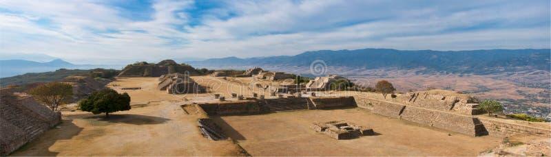 Panorama do local sagrado Monte Alban em México fotos de stock royalty free