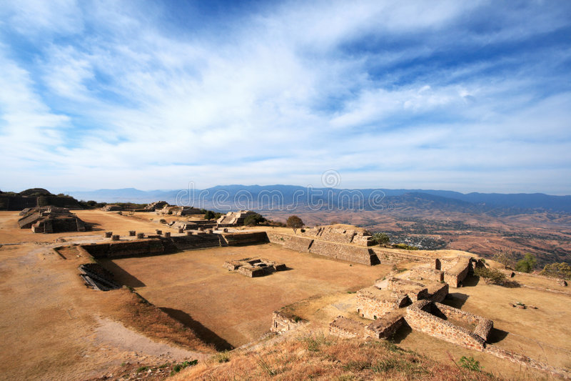 Panorama do local sagrado Monte Alban em México foto de stock royalty free