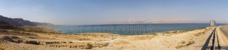 Panorama do Mar Morto da estrada que circunda o imagens de stock