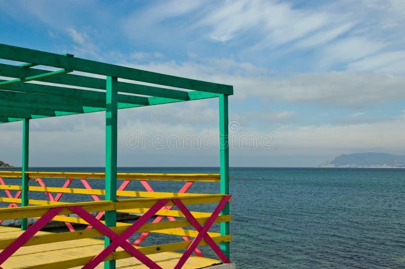 Panorama do Mar Negro através de uma cerca multicolorida foto de stock royalty free