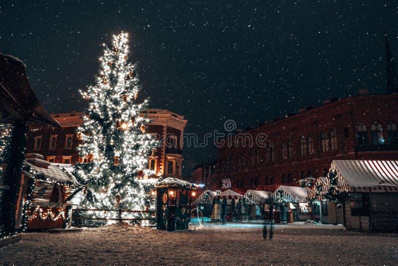 Panorama do mercado do Natal no quadrado da ab?bada com a catedral da ab?bada de Riga fotografia de stock royalty free