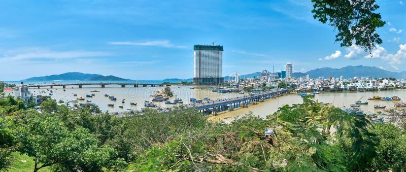 Panorama do monte da torre do homem poderoso do Po Nager à cidade do trang de Nha, Vietname imagens de stock royalty free